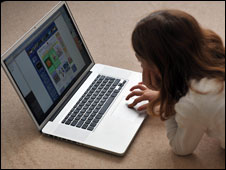 Una niña navega en la web