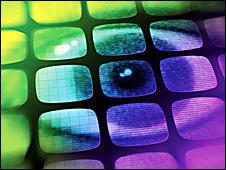 Un montaje artístico de un ojo en monitores